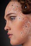 Schließen Sie herauf Portrait des schönen Mädchens mit Gesichtskunst Lizenzfreie Stockfotos