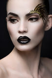 Schließen Sie herauf Porträt der Frau mit ausdrucksvollem Make-up Stockfotos