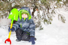 Schließen Sie herauf Porträt des entzückenden glücklichen kleinen Jungen, der glücklich an der Kamera an einem sonnigen Winter `  Stockbilder