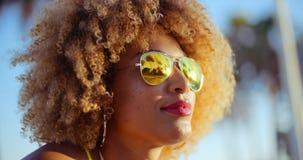 Schließen Sie herauf Porträt des exotischen Mädchens mit Afro-Haarschnitt Stockbilder