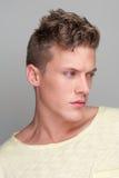 Porträt des gutaussehenden Mannes weg schauend Stockbild
