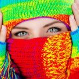 Schließen Sie oben auf abgedecktem Gesicht mit blauen Augen Stockbilder