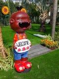 schließen Sie oben, glückliche Puppen für Gartendekoration haben Grußwillkommen Stockfoto