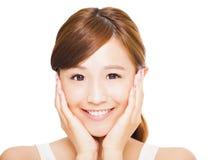 Schließen Sie oben vom asiatischen Gesicht der jungen Frau mit Lächelnausdruck Lizenzfreies Stockfoto