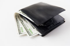 Schließen Sie oben vom Dollargeld in der schwarzen ledernen Geldbörse Stockfoto