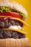 Schließen Sie oben vom doppelten Cheeseburger Stockbild