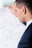 Schließen Sie oben vom Geschäftsmann mit Plan Lizenzfreie Stockbilder