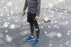 Schließen Sie oben vom Mann, der draußen mit Seilspringen trainiert Stockbild