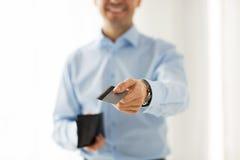 Schließen Sie oben vom Mann, der Geldbörse und Kreditkarte hält Stockfotos