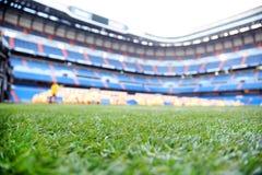 Schließen Sie oben vom Rasen mit Markierung am leeren Fußballstadion Stockfoto
