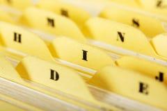 Schließen Sie oben von den alphabetischen Karteikarten im Kasten Stockfoto