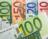 Schließen Sie oben von den Eurobanknoten mit 100 Euros im Fokus Lizenzfreies Stockbild
