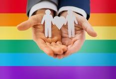 Schließen Sie oben von den glücklichen männlichen homosexuellen Paaren mit Liebessymbol Lizenzfreie Stockbilder