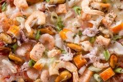 Schließen Sie oben von den Meeresfrüchte-Pizza-Belägen Stockfotos