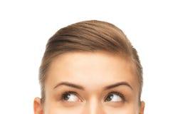 Schließen Sie oben von den schönen weiblichen Augen, die oben schauen Stockbilder