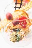 Schließen Sie oben von den Schokoladentrüffeln in den eleganten Gläsern Stockfoto