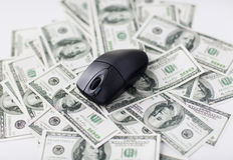 Schließen Sie oben von der Computermaus und vom Dollarbargeld Lizenzfreie Stockfotos
