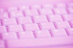 Schließen Sie oben von der rosa Computertastatur Stockfotos