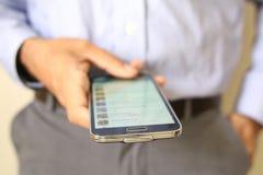 Schließen Sie oben von einem Mann, der intelligentes Mobiltelefon verwendet Stockbilder
