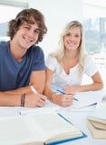 Schließen Sie oben von lächelnder Gruppe von Personen sitzen zusammen   Lizenzfreies Stockfoto