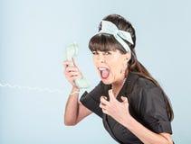 Schließen Sie oben von schreiender Retro- Frau im schwarzen Kleid mit Telefon Receiv Stockfotografie