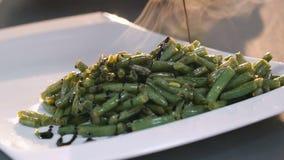 Schließen Sie oben von strömendem Spinat mit Soße langsam stock footage