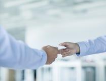 Schließen Sie oben von zwei Geschäftsmännern, die Visitenkarten austauschen Stockfotos