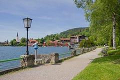 Schliersee de la 'promenade' de la orilla del lago con los árboles de abedul, los bancos y lant Imagenes de archivo