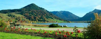 Schliersee pintoresco de la 'promenade' de la orilla del lago Imagen de archivo