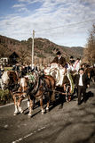 Schliersee Tyskland, Bayern, November 08, 2015: hästdragen vagn med altarepojkar i Schliersee i Leonhardifahrt Arkivfoton