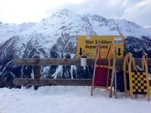 Schlitten auf einem Skihang nahe BergÃ-¼ n, die Schweiz Stockfotos