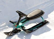 Schlitten der grünen Kinder (Snowmobile, snowbicycle). Stockfotos