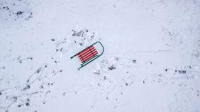 Schlitten in der Schneeansicht vom quadcopter Vogel ` s Augenansicht lizenzfreies stockfoto
