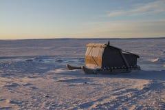 Schlitten Komatiq oder des Inuit in der Gemeinschaft von Cambridge-Bucht Stockfotos