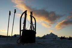 Schlitten mit schneebedeckten Tiroler Bergen im Hintergrund Lizenzfreie Stockfotografie