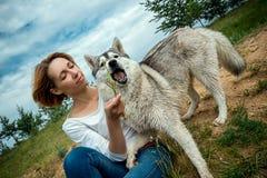 Schlittenhund mit einem Mädchen lizenzfreie stockfotografie