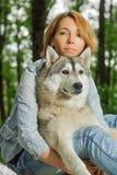 Schlittenhund mit einem Mädchen stockfotos