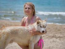 Schlittenhund und Blondine Lizenzfreie Stockfotos