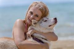 Schlittenhund und Blondine Stockbilder