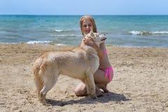 Schlittenhund und Blondine Lizenzfreies Stockbild