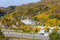 Schlittschuh laufen der Eisbahn in den Bergen, Kasachstan Stockbilder