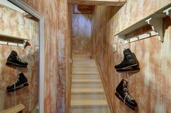 Schlittschuhe, die in der Halle hängen Stockfoto