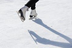 Schlittschuhläufer auf Eisbahn stockbild