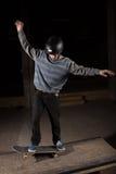 Schlittschuhläufer, der manuellen Trick auf manueller Auflage tut lizenzfreie stockfotografie