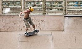 Schlittschuhläufer, der Tricks tut Stockbilder
