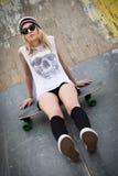Schlittschuhläufer-Mädchen auf Skateboard Stockfoto