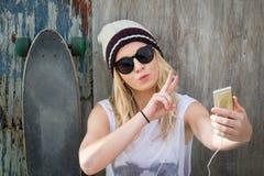 Schlittschuhläufer-Mädchen, das Selfie nimmt Stockbilder