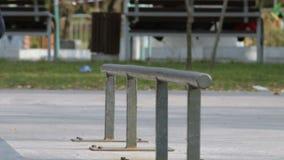 Schlittschuhläufer machen frontside boardslide auf Schiene im skatepark, die Großaufnahme, slowmotion stock footage