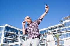 Schlittschuhläufer machen selfie Fotohintergrund mit Hotel Lizenzfreies Stockfoto