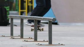 Schlittschuhläufer machen Trick nollie lipslide auf Schiene im skatepark, die slowmotion Großaufnahme stock video